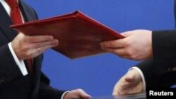Виктор Янукович и Дмитрий Медведев подписали восемь документов