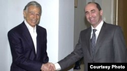 Armenia - President Robert Kocharian meets with U.S.-Armenian billionaire Kirk Kerkorian in Yerevan in 1998. (Photo courtesy of 2rd.am)