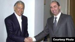 Armenia - President Robert Kocharian meets with U.S.-Armenian billionaire Kirk Kerkorian in Yerevan in 1998. (Photo courtesy of 2rd.am)