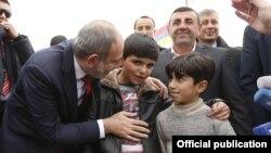 Հայաստանի վարչապետ Նիկոլ Փաշինյանը զրուցում է Սիս գյուղի փոքրիկների հետ