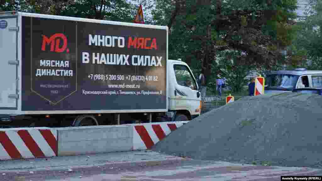 По этой причине, а также из-за полного закрытия для движения автотранспорта улицы Объездной, где асфальтовое покрытие уже сняли, на Севастопольской в часы пик вторую неделю образовываются масштабные пробки