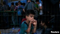 Хлопчик-мігрант в очікуванні реєстрації на острові Лесбос у Греції