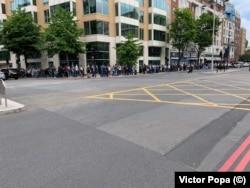 Coada celor care vor să voteze se întinde pe câteva sute de metri și la Londra