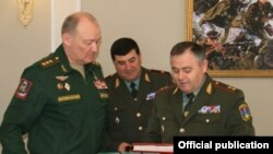 Russia -- Colonel-General Alexander Dvornikov (L), commander of Russia's Southern Military District, meets with Lieutenant-General Artak Davtian (R), the Amrenian army chief of staff, April 19, 2019.