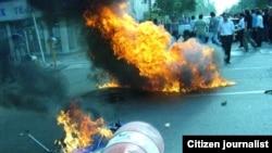 نفت سر سفرههای مردم یکی از شعارهای معروف محمود احمدی نژاد بود. معترضان به نتیجه انتخابات هم از نفت در خیابانها برای نشان دادن اعتراض خود استفاده کردند.