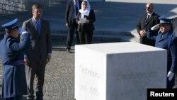Vučić ispred spomenika ubijenim u genocidu u Srebrenici 1995. godine