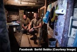 Сергій Собко разом з побратимами у бліндажі. Зайцеве Донецької області, 2015 рік