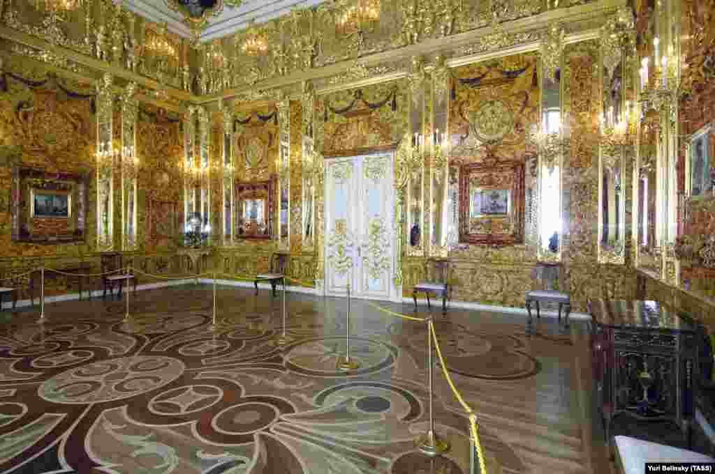 """Реконструираната Кехлибарена стая, както изглежда днес. Един от водолазите, участващи в откриването на потъналия германски кораб, твърди, че """"може да предостави фундаментална информация за изчезването на легендарната Кехлибарена стая"""". Предишни ловци на съкровища събудиха надежди, че ще открият останките от Кехлибарената стая, но това се оказаха фалшиви следи."""