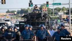 Полициянын атайын бөлүгү Фергюсондун көчөлөрүндө. 13-август, 2014-жыл.