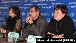 Адвокат Айман Омарова (солдо), Евгений Жовтис (ортодо), адвокат Инара Масанова (оңдо). Алматы шаары, 29-январь, 2020-жыл.