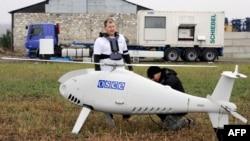 Сотрудники ОБСЕ готовят к запуску беспилотный летательный аппарат (БПЛА) под городом Мариуполем в Донецкой области на юго-востоке Украины. 23 октября 2014 года.