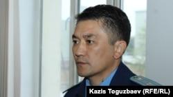 Прокурор Марат Әбуев Болатхан Жүнісовке шығарылған сот үкімін тыңдап тұр. Талдықорған, 21 қазан 2019 жыл.