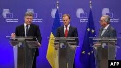 Зліва направо: президент України Петро Порошенко, президент Європейської ради Дональд Туск і президент Єврокомії Жан-Клод Юнкер (архівне фото)