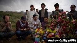 Əfqanıstanda həmkarları 30 apreldə qətlə yetirlmiş AFP jurnalisti Shah Marai Faizinin məzarını ziyarət ediblər