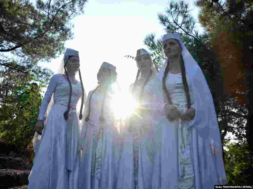 """ფესტივალის კონცერტებზე საქართველოს თითქმის ყველა კუთხეა წარმოდგენილი. - ფესტივალი """"არტ-გენი"""" 2004 წლიდან იმართება და მისი მიზანია ფოლკლორისა და ტრადიციების მოძიება და პოპულარიზაცია. ფესტივალში მონაწილეობენ ფოლკლორის, რეწვისა და ზეპირსიტყვიერების ოსტატები საქართველოს სხვადასხვა კუთხიდან. წელს ფესტივალი ქართულ ენასა და დამწერლობას ეძღვნება და დასკვნითი ნაწილი თბილისის ეთნოგრაფიულ მუზეუმში იმართება."""