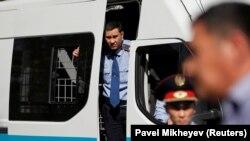 Полицейские и служебный автозак. Иллюстративное фото.