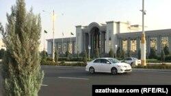 Одна из центральных улиц в Ашхабаде.