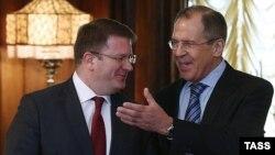 Конфликт между Давидом Санакоевым и «Единой Осетией» может разрешиться во время запланированной на следующей неделе поездки министра иностранных дел с президентом РЮО в Москву для подписания договора о союзничестве с Россией