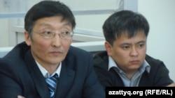 """""""АН-72"""" ұшағы апатына қатысты сотталған Қанат Ақылбеков (оң жақта) пен оның адвокаты Ардақ Балпықов. Шымкент, 24 наурыз, 2014 жыл."""