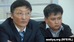 """""""АН-72"""" ұшағы апатына қатысты сотталған Қанат Ақылбеков (оң жақта) адвокаты Ардақ Балпықовпен бірге отыр. Шымкент, 24 наурыз, 2014 жыл."""