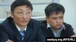 Подсудимый по делу о крушении самолета Ан-72 авиадиспетчер Канат Акилбеков (справа) со своим адвокатом. Шымкент, 24 марта 2014 года.