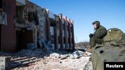 Un luptător pro-rus în satul Nikişine, sud-est de oraşul Debalţeve, 17 februarie 2015