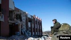Сепаратист у зруйнованому селі Нікішині під Дебальцевом, 17 лютого 2015 року