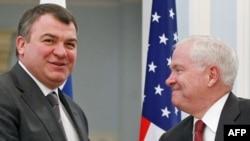 Ministrul rus al apărării Anatoli Serdiukov și omologul său american Robert Gates la întîlnirea lor de ieri la Moscova