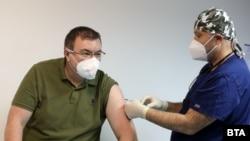 Министърът на здравеопазването беше първият ваксиниран в България още на 27 декември 2020 г.
