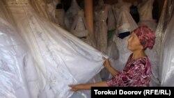 Гүлдана Темирбаева тойго ылайык кыргыз көйнөктөрүн өзү үйүндө тигет, Исфана, 22-август, 2012