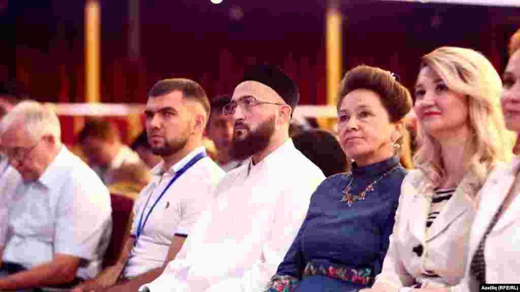 Форум делегатлары һәм кунаклар (уртада): Камил хәзрәт Сәмигуллин һәм Кадрия Идрисова