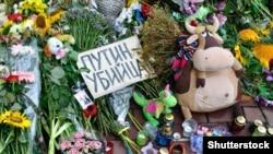 Цветы, возложенные около посольства Нидерландов в Киеве – в память о жертвах крушения малайзийского лайнера под Донецком (21 июля 2014 года)