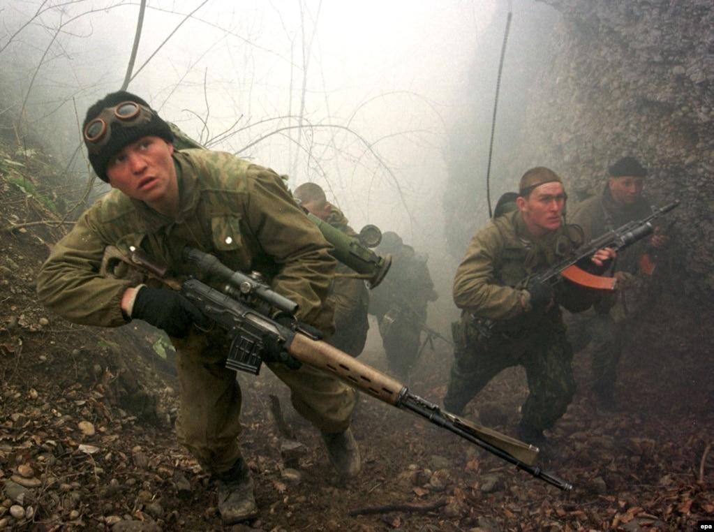 """Ресей әскерилері Шешенстандағы таулар мен ормандарды барлап жүр. Федерал әскерилері Грозныйды басып алған соң шешен """"сарбаздары"""" тау мен ормандарға ойысты. 2000 жылдың ақпаны."""