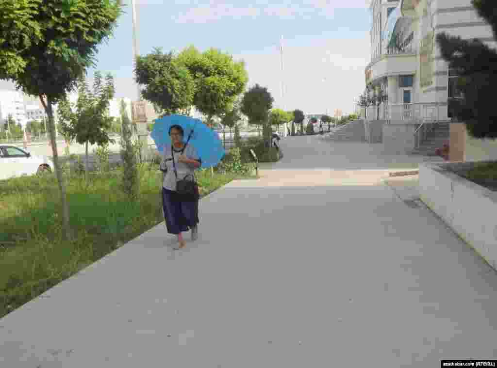 Зонтики пользуются популярностью среди населенияв качестве защиты от солнца