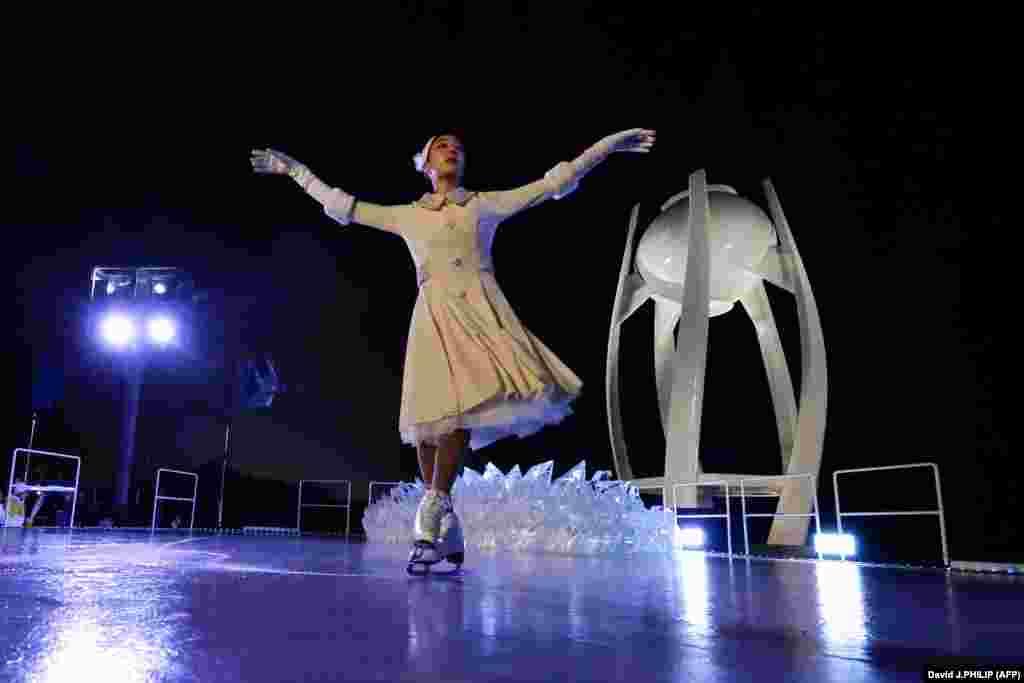 Честь зажечь олимпийский огонь выпала южнокорейской фигуристке Ким Юна, которая завоевала золото на Олимпиаде в Ванкувере.