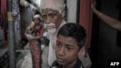 روهینگیاهای میانمار از جمله گروهی از پناهجویان در جنوب شرق آسیا هستند که در تلاشاند خود را به تایلند، مالزی یا اندونزی برسانند (در تصویر یک خانواده روهینگیا در کوالالامپور)