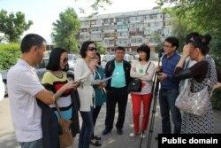 Журналисты, которых ненадолго задерживала полиция в день массовых протестов против земельной реформы. Алматы, 21 мая 2016 года.
