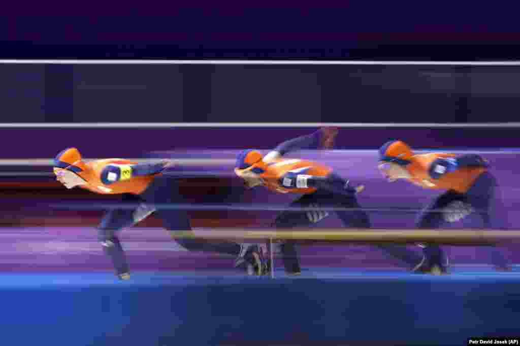Скоростное катание на коньках сборная Нидерландов с Марит Линстра (в центре), Ириной Вуст (слева) и Антуанеттой де Йонг во время соревнований в четвертьфинале среди женских команд в скоростных гонкок с преследованием. Команда установила новый олимпийский рекорд в своей дисциплине