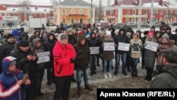 Protesters in Omsk rally to call for an investigation into the death of Dmitry Fyodorov.