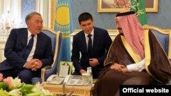 Қазақстан президенті Нұрсұлтан Назарбаев Сауд Арабиясының королі Салман бен Абдел Азиз Әл Саудпен кездесіп отыр. Эр-Рияд, 25 қазан 2016 жыл (Сурет Ақорданың ресми сайтынан алынды).
