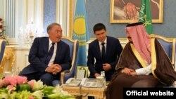 Президент Казахстана Нурсултан Назарбаев (слева) и король Саудовской Аравии Салман (справа). Эр-Рияд, 25 октября 2016 года.