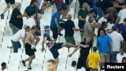 Потасовка между болельщиками после матча Россия-Англия