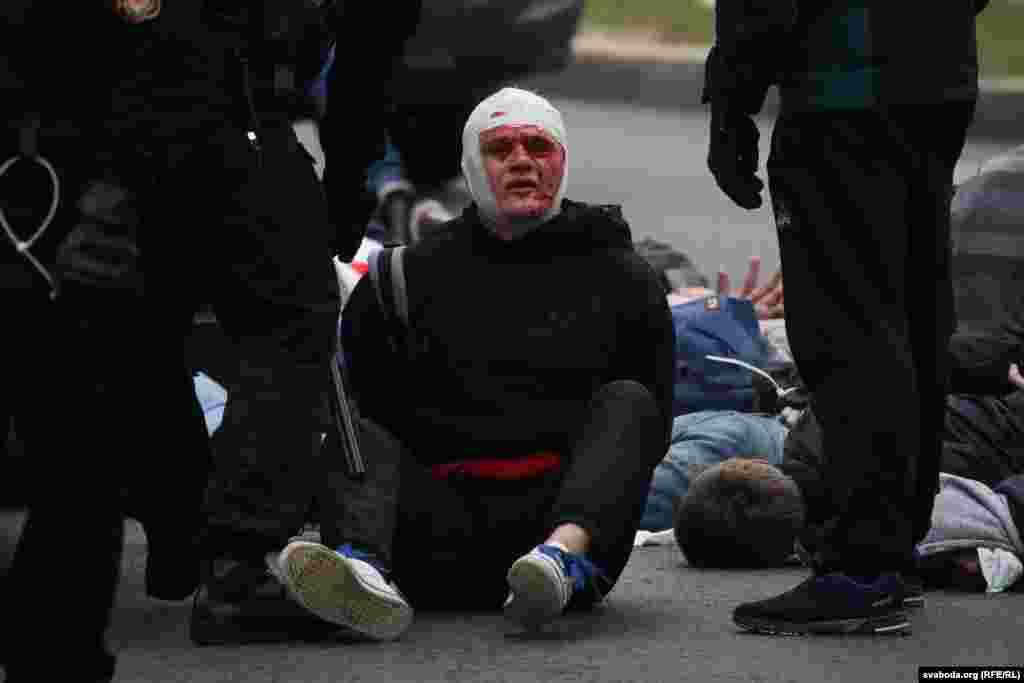 Люди у військовій формі без документів кийками жорстоко били людей
