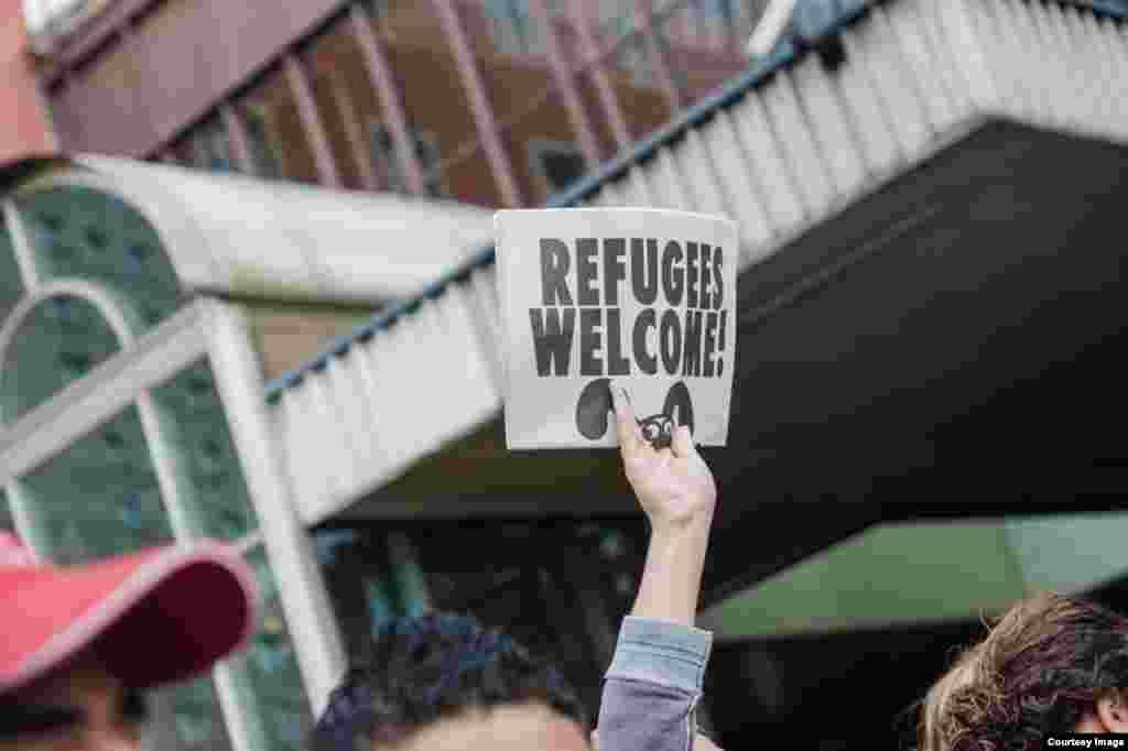 بسیاری از شهروندان آلمان به پناهجویان خوش آمد گفتند.ارزیابیها نشان میدهند که در سال ۲۰۱۵ حدود ۸۰۰ هزار نفر پناهجو وارد آلمان خواهند شد که چهار برابر تعداد سال ۲۰۱۴ و در تاریخ کشورهای اروپای غربی رقم بیسابقهای است. عکس از آرش صادقیان
