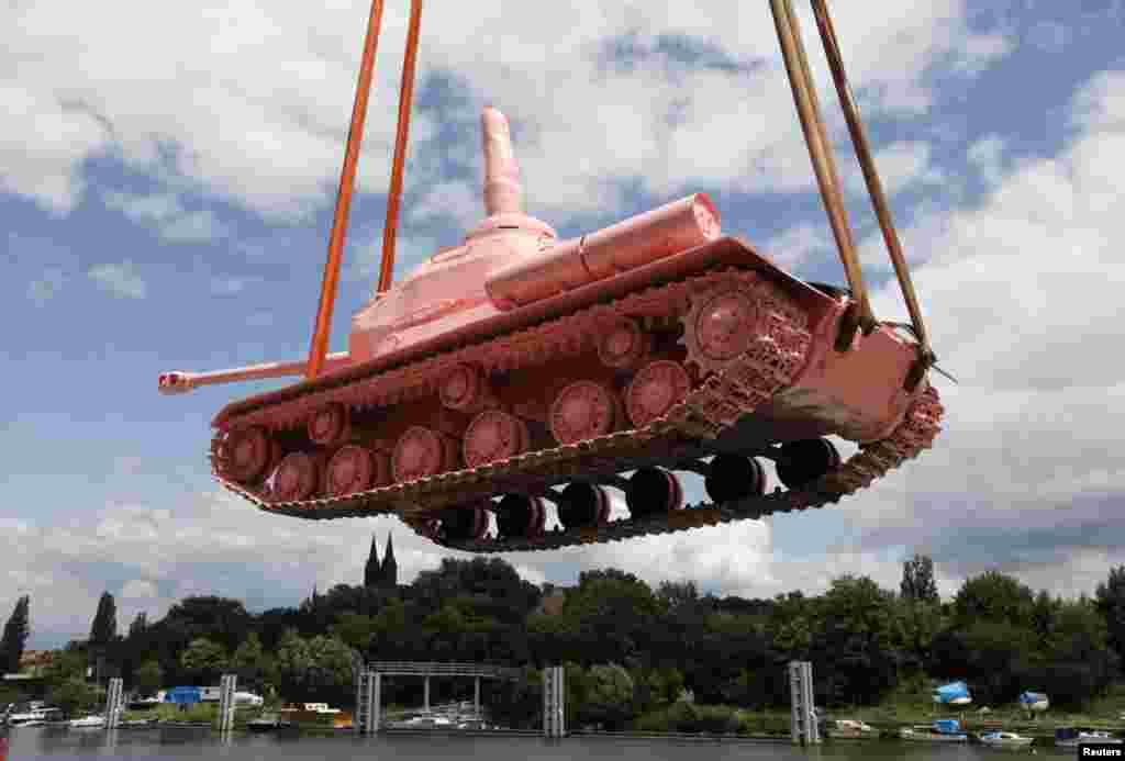 2011 жылы 20 маусымда суретші Давид Черный алқызыл түскен бояған танкті Праганың орталығына апарып қойды.