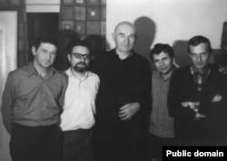 Генріх Алтунян (другий зліва) разом із правозахисниками (в центрі Петро Григоренко)