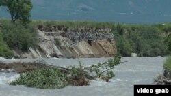 22-июнда жааган мөндүр аралаш жамгырдан улам Чолпонбай айыл аймагындагы тоодон сел жүрүп Сарымсак каналынын деңгээли көтөрүлгөн.