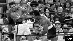Muhammad Ali (majtas) duke e mbrojtur titullin e kampionit kundër rivalit Ken Norton një Nju Jork më 9 shtator 1976