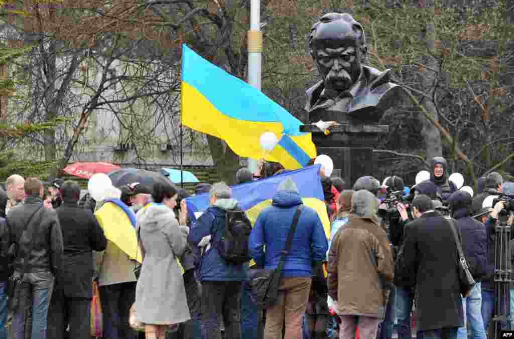 Проукраїнські активісти під час антивоєнної демонстрації біля пам'ятника Тарасу Шевченку в Сімферополі. 7 березня 2014 року
