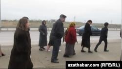 Ýaşaýjylar proteste çykdy. Aşgabat. 29-njy noýabr, 2014 ý.